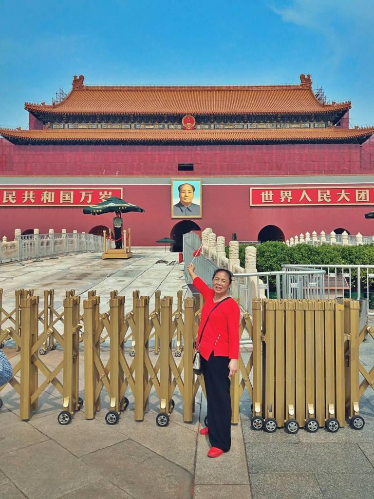 Chińska kobieta oddaje cześć Mao Zedongowi.