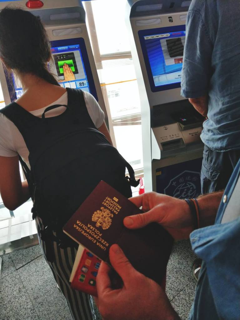 W kolejce do skanowania paszportów na lotnisku w Pekinie.