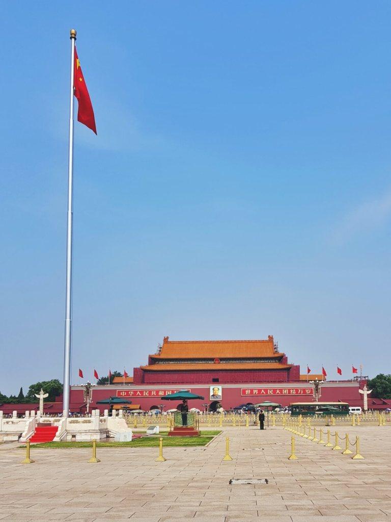 Widok na bramę Zakazanego Miasta z portretem Mao Zedonga z placu Tian Anmen.