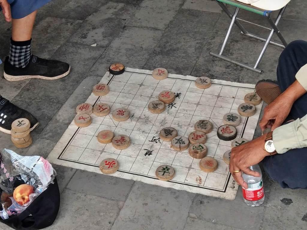 Chińczycy grający w gry planszowe.