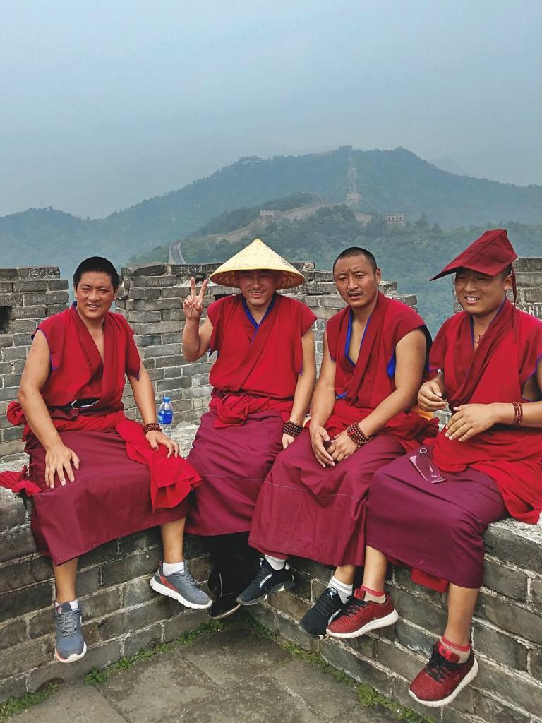 Tybetańscy mnisi na Wielkim Murze Chińskim niedaleko Pekinu.