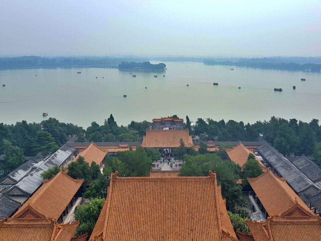 Widok na jezioro ze Wzgórza Harmonii z Pałacu Letniego w Pekinie.