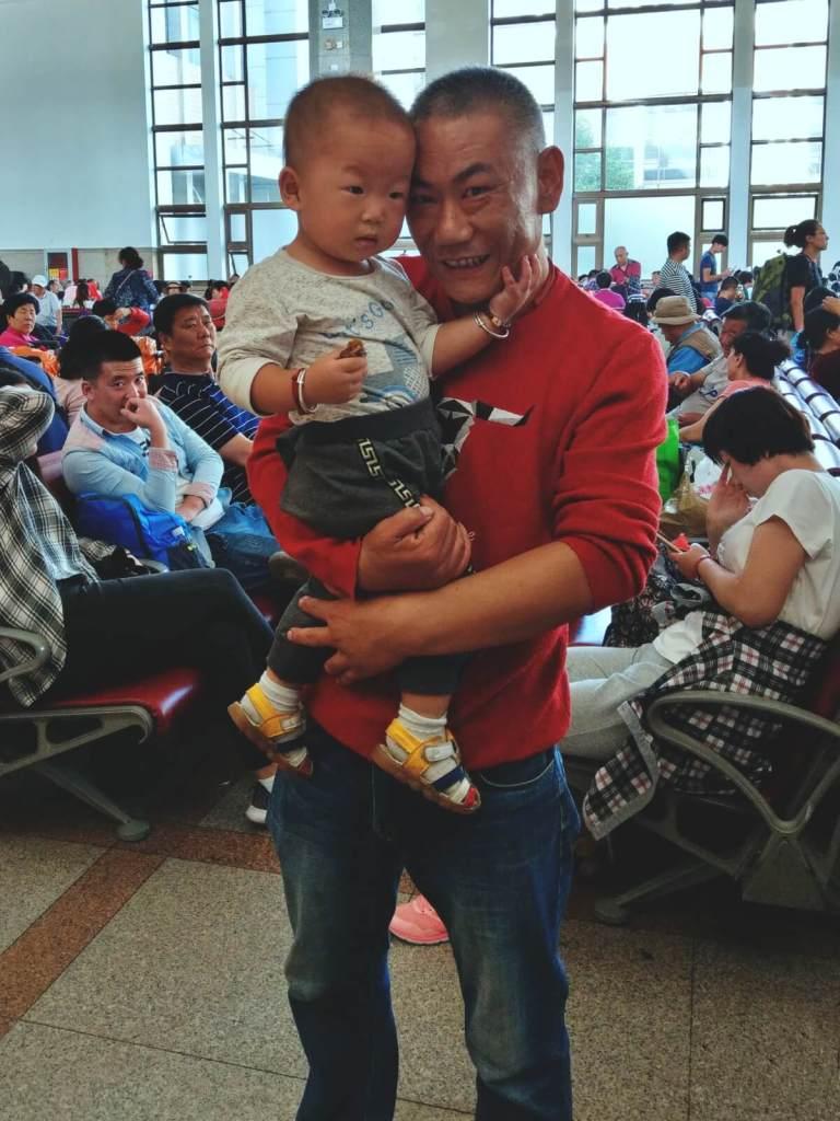 Ojciec pokazuje synowi blogerów podróżniczych.
