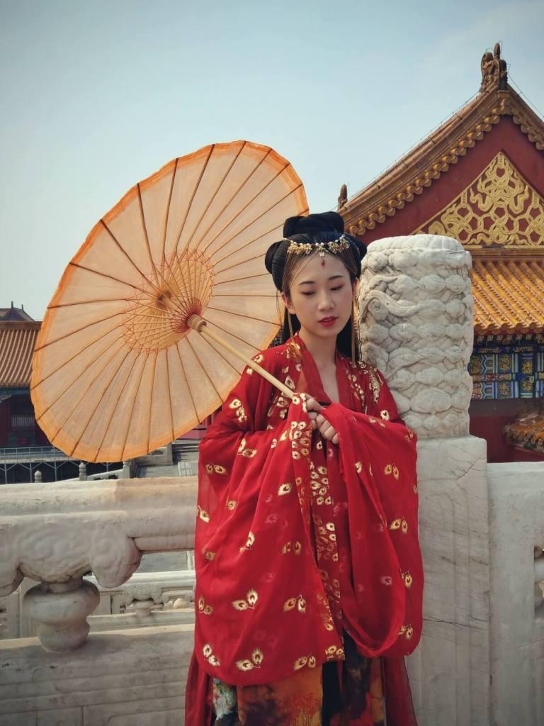 Panna młoda w tradycyjnym stroju w Zakazanym Mieście w Pekinie.
