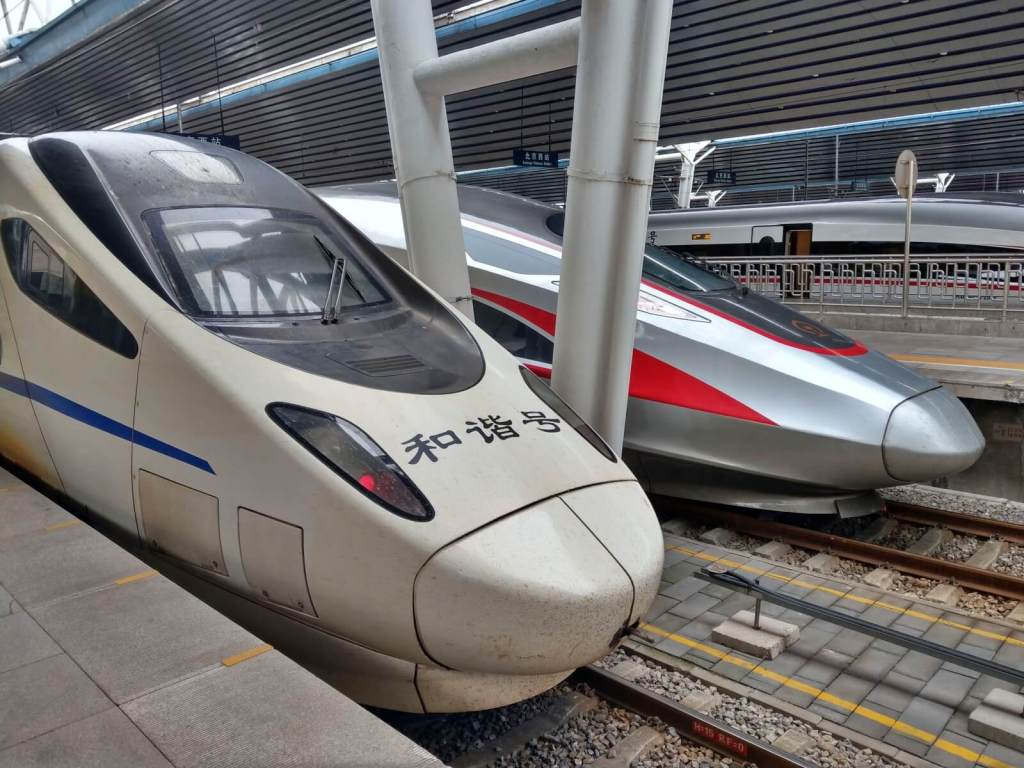 Szybka kolej, szybkie pociągi na dworcu w Pekinie.