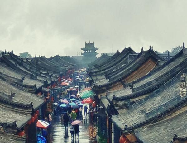 Widok na dachy starożytnego miasta Pingyao w Chinach.