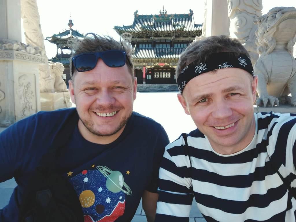 Blogerzy podróżniczy pozują na tle starożytnego miasta Datong.
