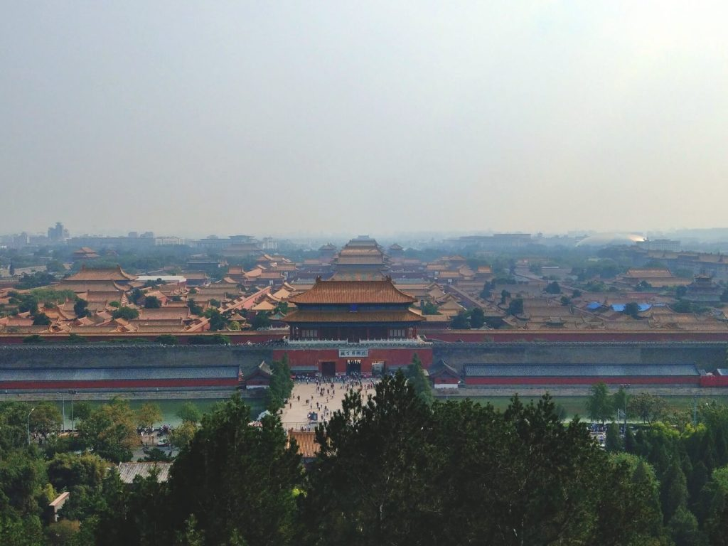 Widok na Zakazane Miasto ze wzgórza w parku Jingshan. Żółte dachy pałaców to symbol cesarskiej władzy.