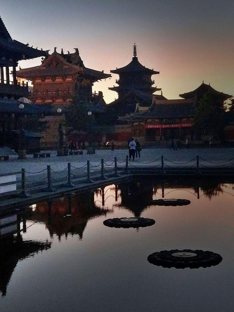 Zachód słońca nad starożytnym miastem Datong w Chinach.