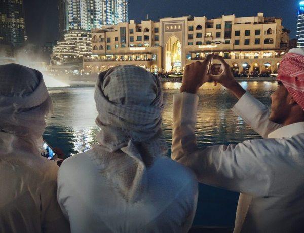Pokaz tańczących fontann w Dubaju.