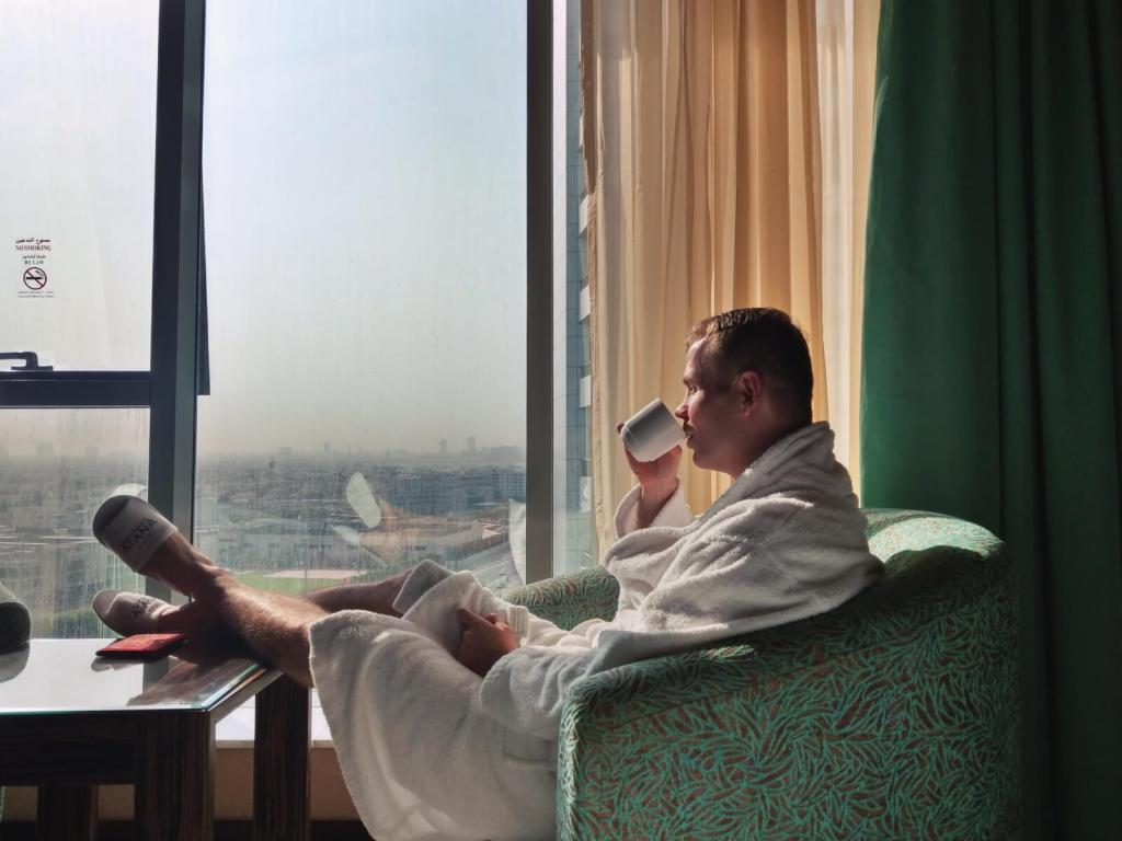 Bloger podróżniczy w hotelu Atana w Dubaju.