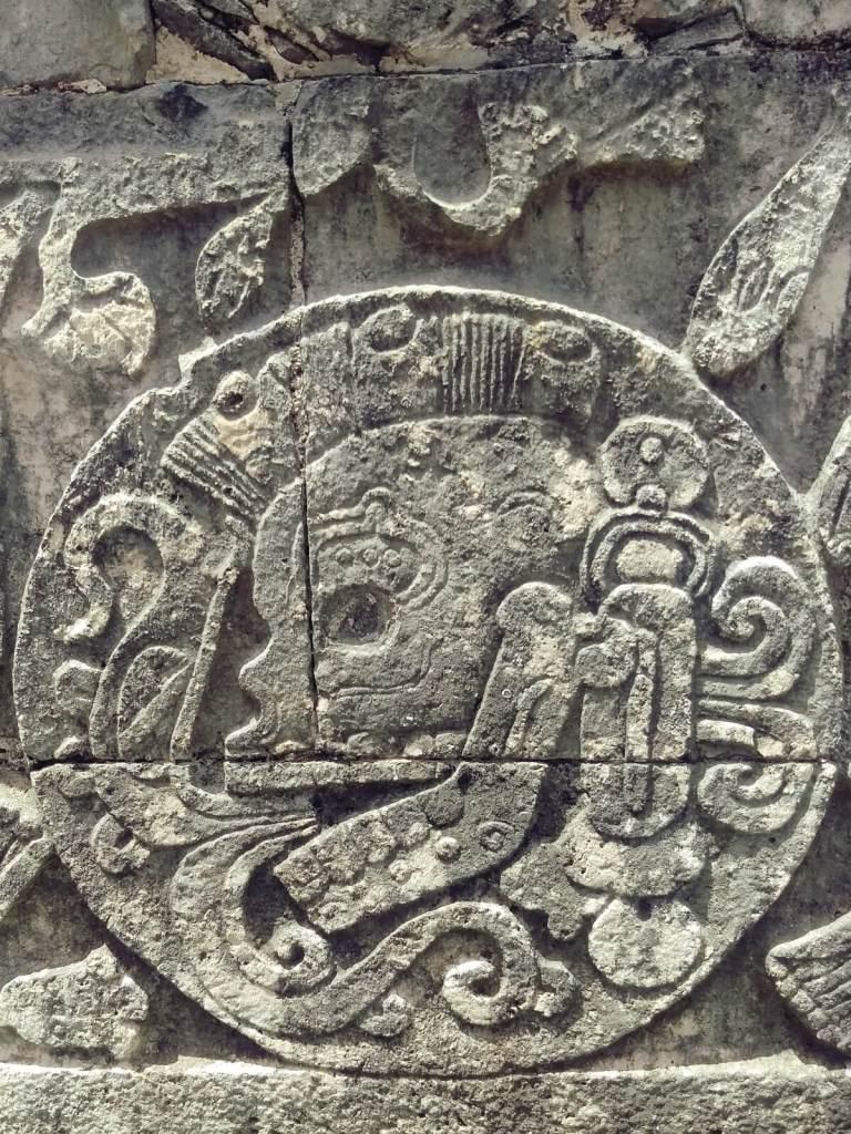 Rzeźba Kukulkana w Chichen Itza w Meksyku.
