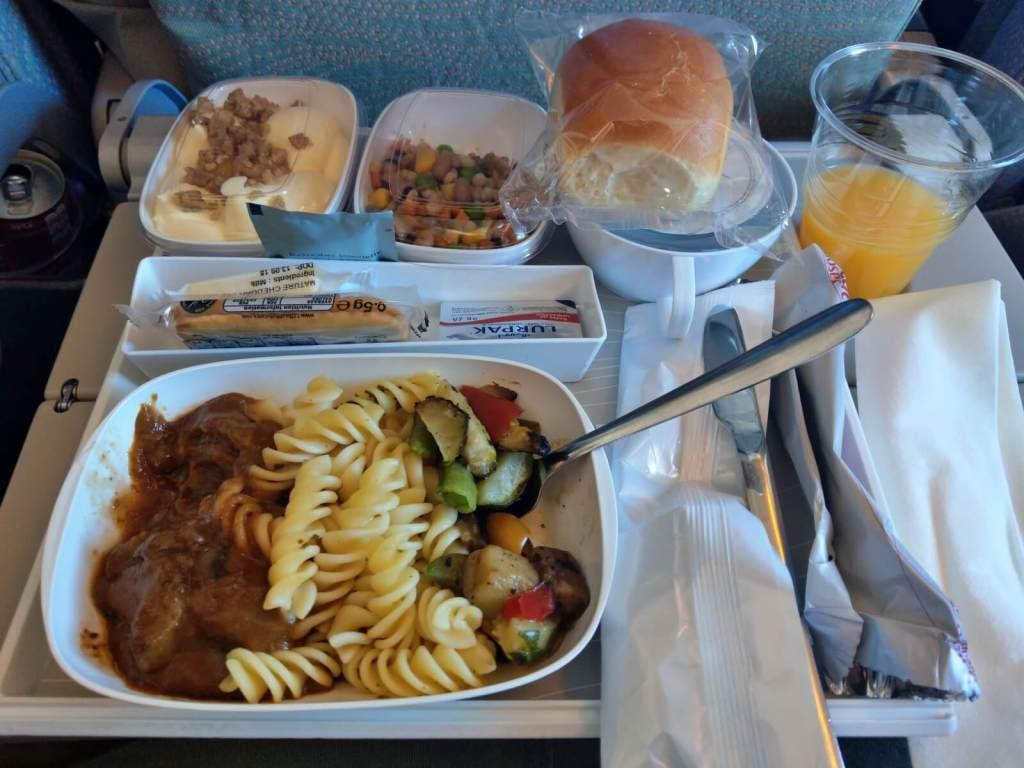 Posiłki w klasie ekonomicznej w liniach lotniczych Emirates.