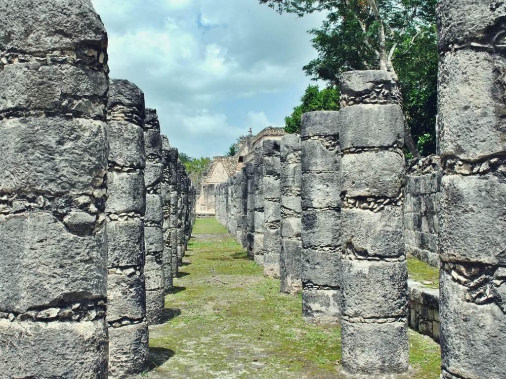Kolumny w Chichen Itza w Meksyku.