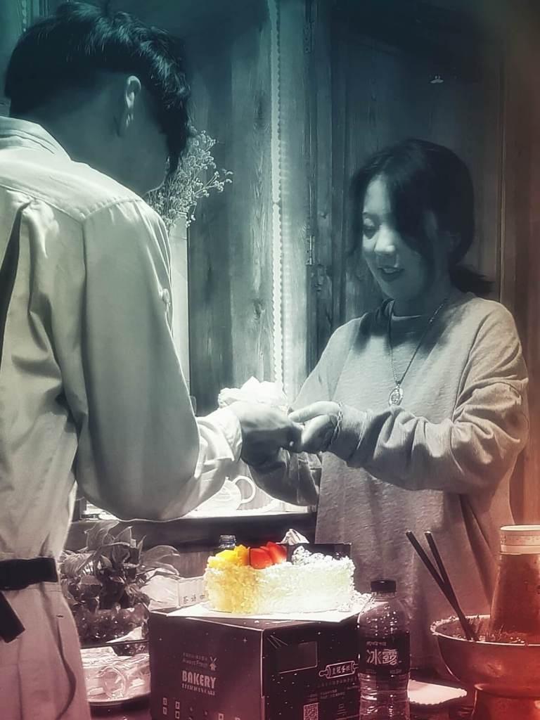 Chińczycy dzielą się z nami tortem urodzinowym.