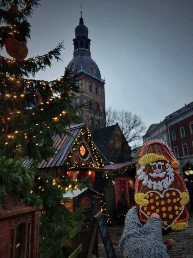 Mikołaj z piernika kupiony na jarmarku bożonarodzeniowym w Rydze.
