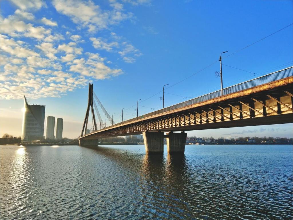 Most w Rydze, na Łotwie, nad rzeką Dźwiną.