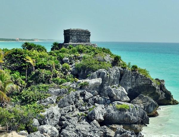 Ruiny i plaża Tulum w Meksyku.