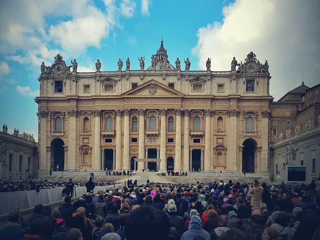 Audiencja generalna na placu św. Piotra w Watykanie.