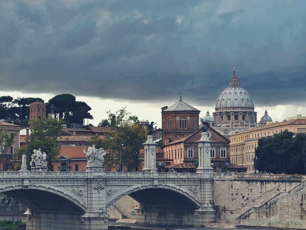 Widok na most Aniła i bazylikę św. Piotra w Watykanie.