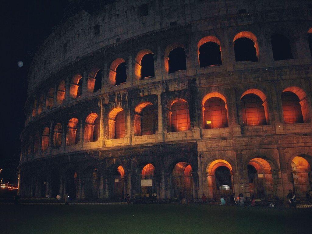 Rzymskie Koloseum nocą.