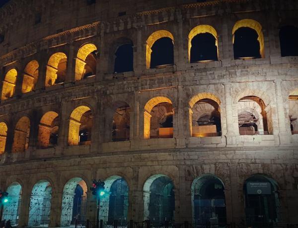 Koloseum w Rzymie. nocą