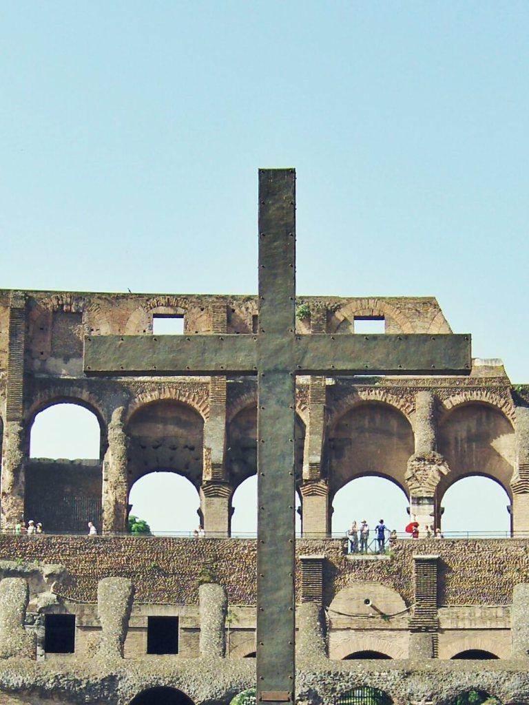 Żelazny krzyż w Koloseum w Rzymie.