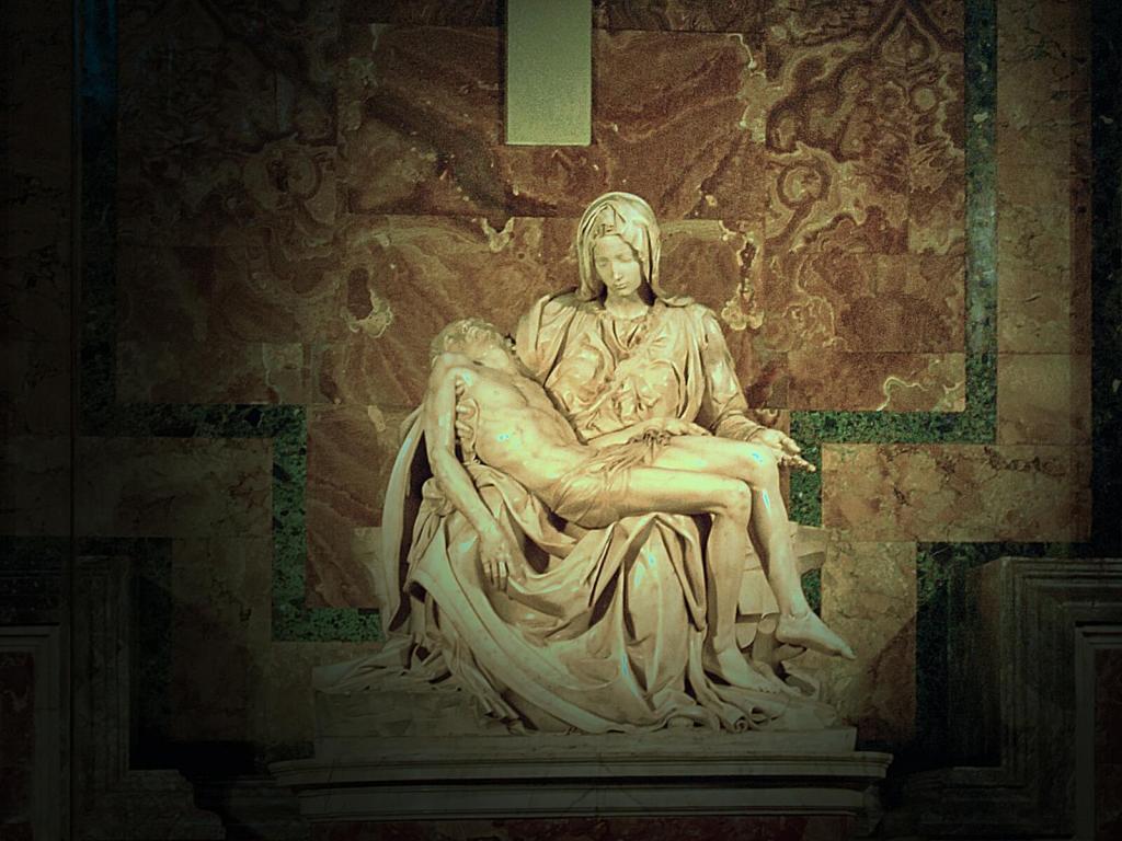 Watykańska Pieta wyrzeźbiona przez Michała Anioła.