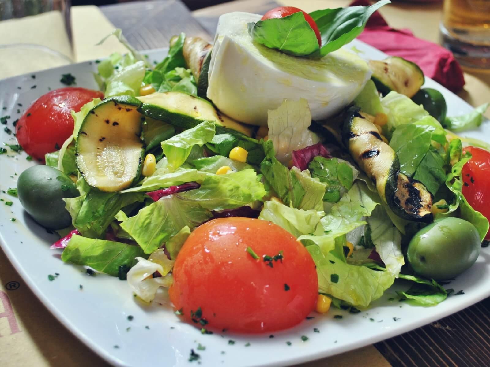 Kuchnia włoska słynie ze świeżych sałatek.