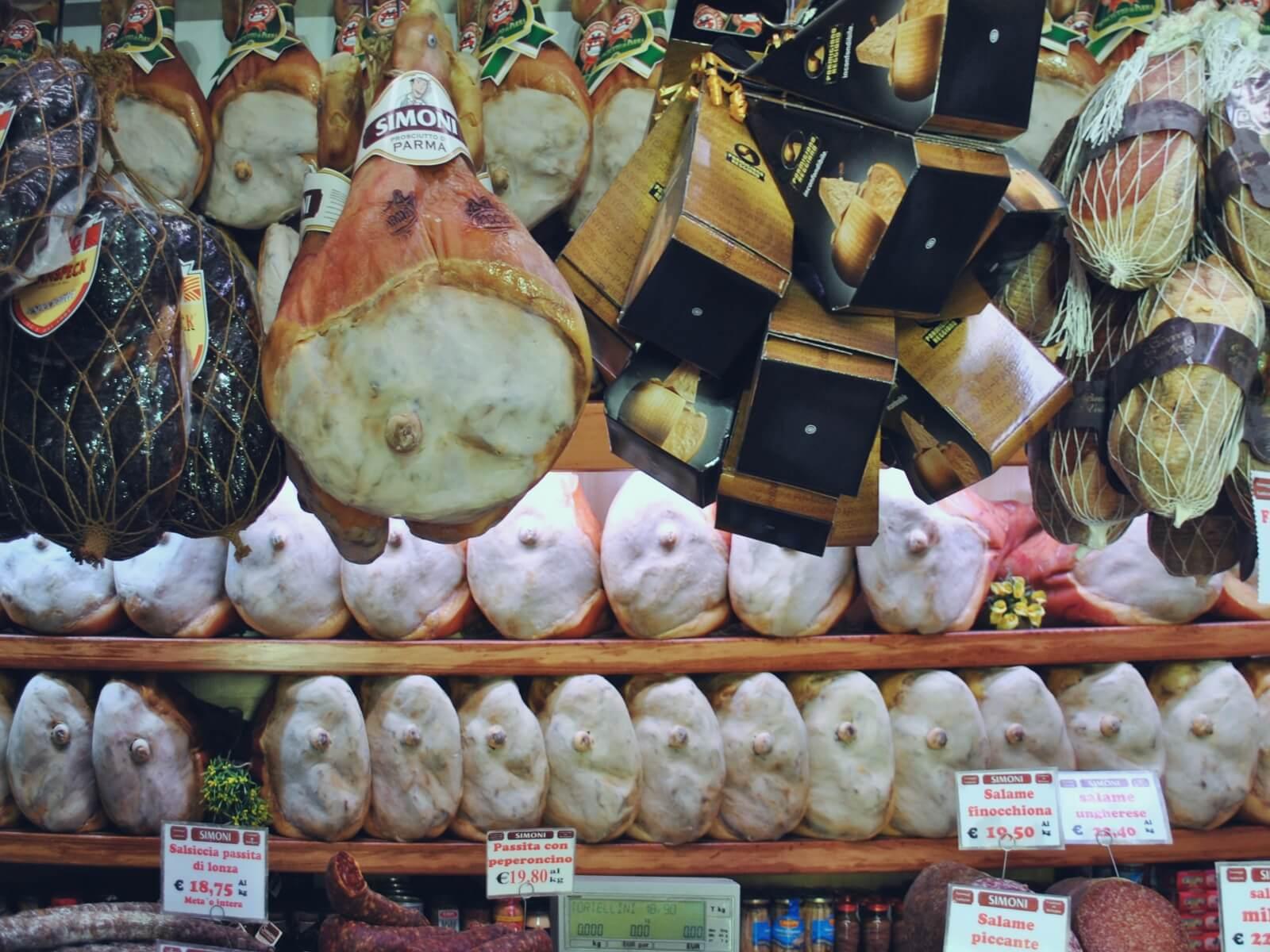 Kuchnia włoska słynie z szynki prosciutto, szynki parmeńskiej.