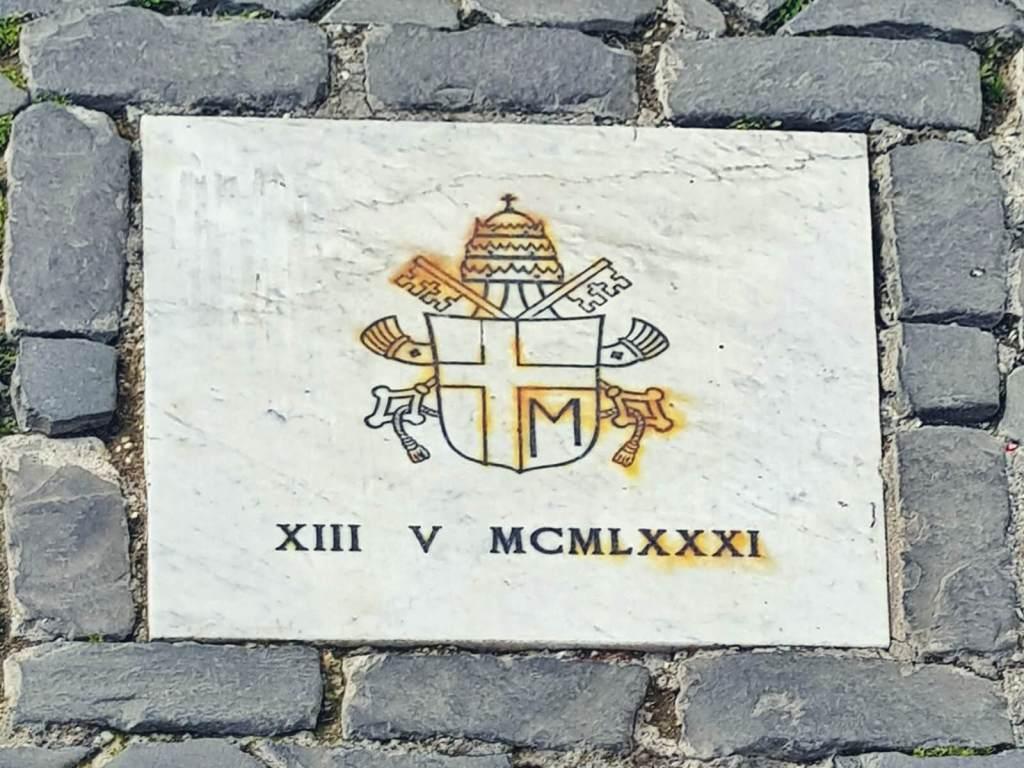 Tablica upamiętniająca miejsce zamachu na papieża Jana Pawła II.