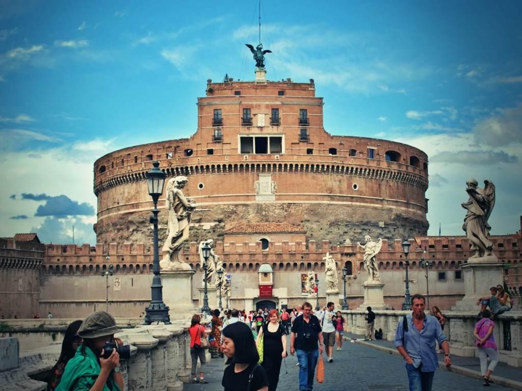 Zamek św. Anioła w Rzymie. Turyści na moście św. Anioła.