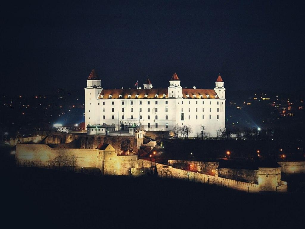Biały zamek w Bratysławie nocą.