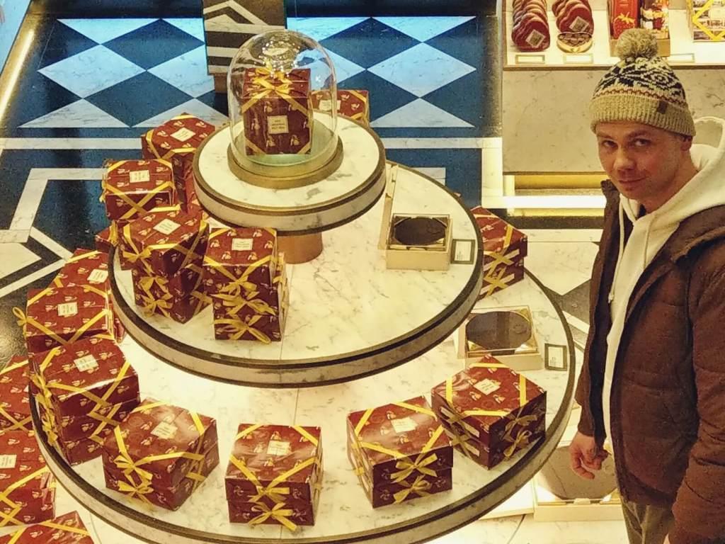 Bloger podróżniczy oblizuje się na widok słodyczy w cukierni Sachera.
