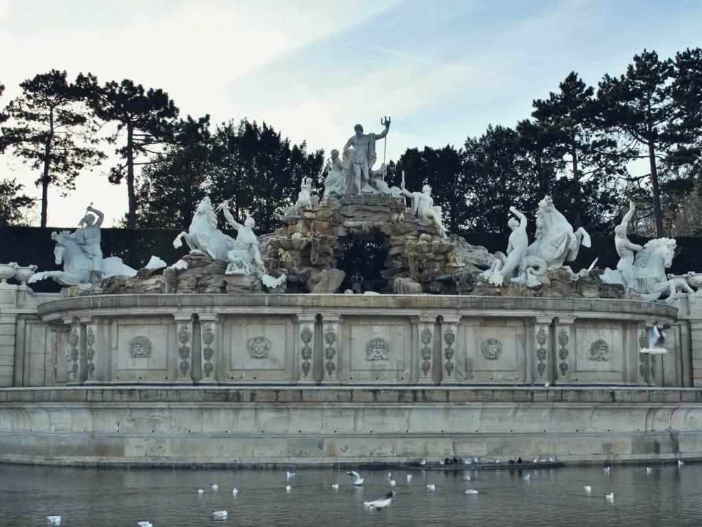 Fontana Neptuna w pałacu Schönbrunn w Wiedniu w Austrii.
