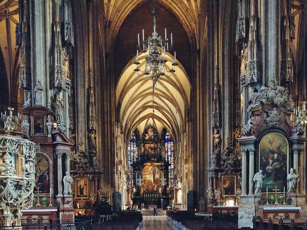 Nawa główna katedry św. Szczepana w Wiedniu, w Austrii.