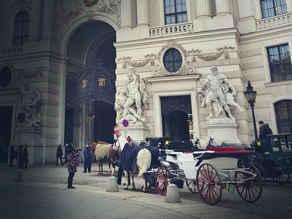 Brama wjazdowa do pałacu Hofburg w Wiedniu, w Austrii.