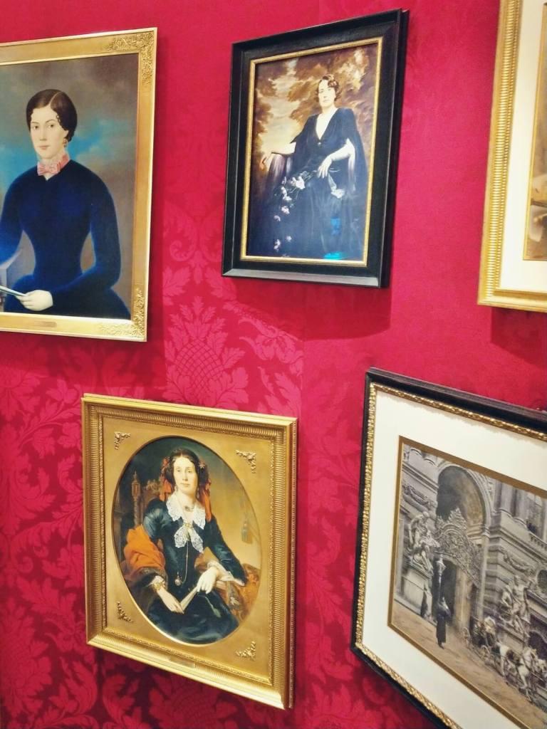 Portrety członów rodziny cukierników Sacher, w Wiedeńskiej cukierni.