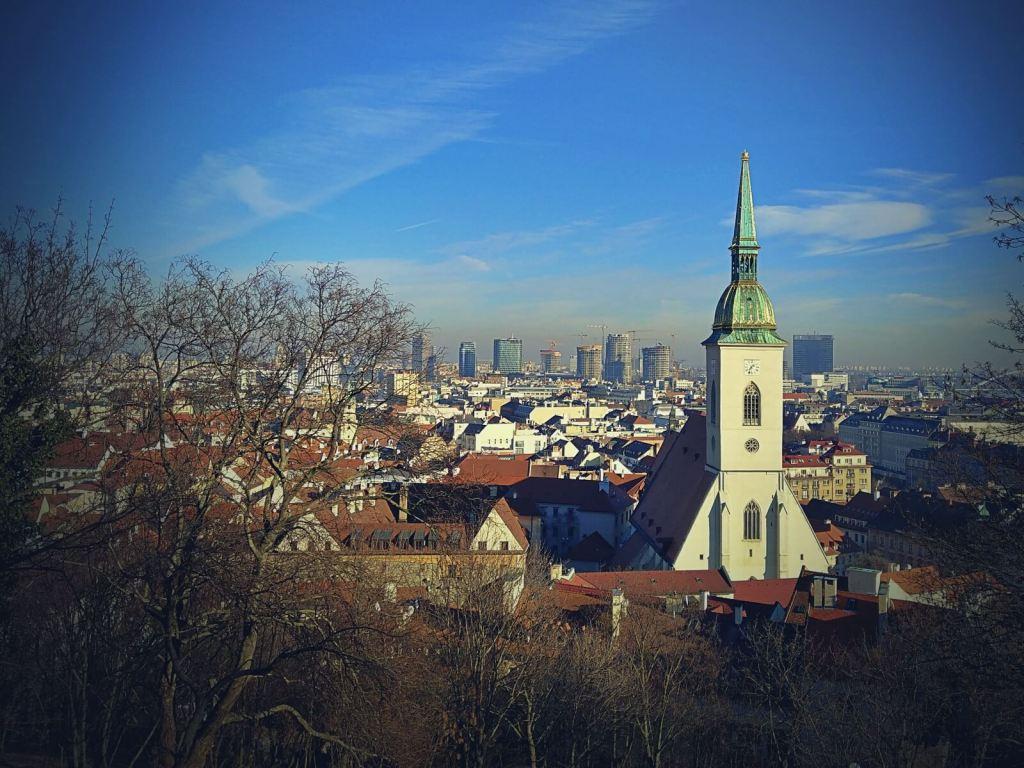 Widok na katedrę św. Marcina w Bratysławie na Słowacji.