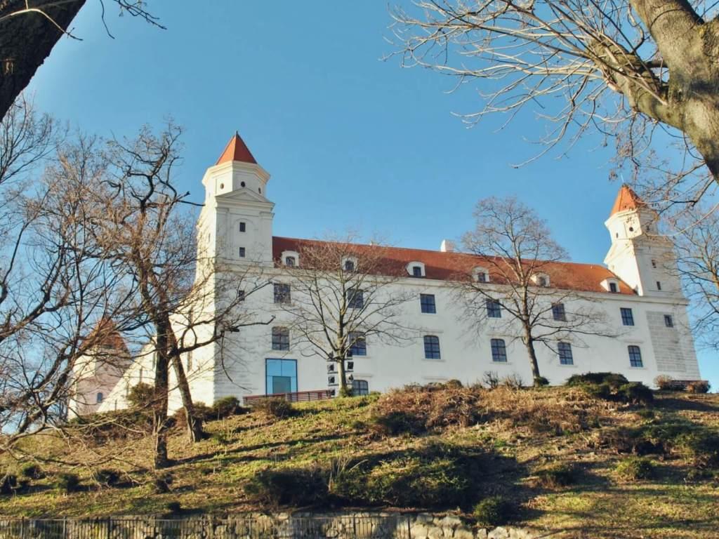 Biay zamek w Bratysławie na Słowacji.