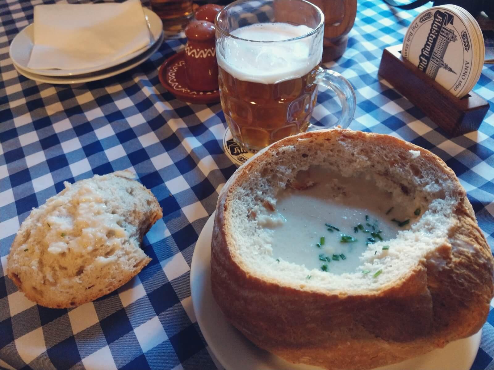 Zupa czosnkowa w chlebie.