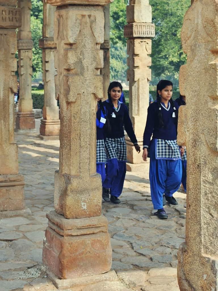 Uczniowie indyjskiej szkoły zwiedzają Qutub Minar.