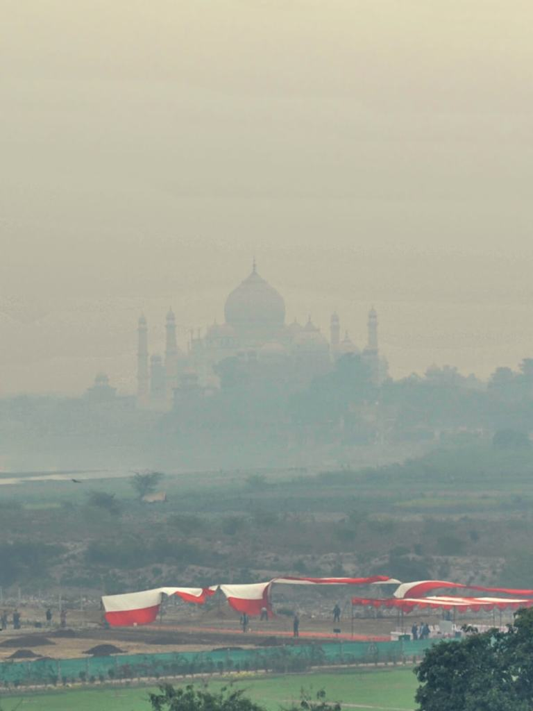 Widok na Taj Mahal z fortu w Agrze.