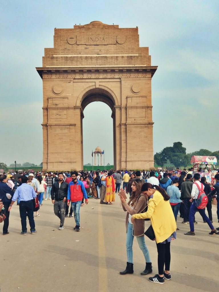 Tłumy mieszkańców Delhi przy Bramie Indii.