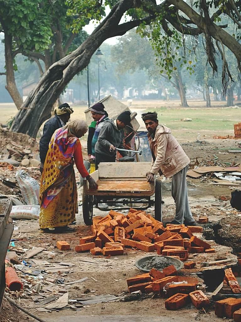 Indyjscy robotnicy remontujący Czerwony Fort w Delhi.