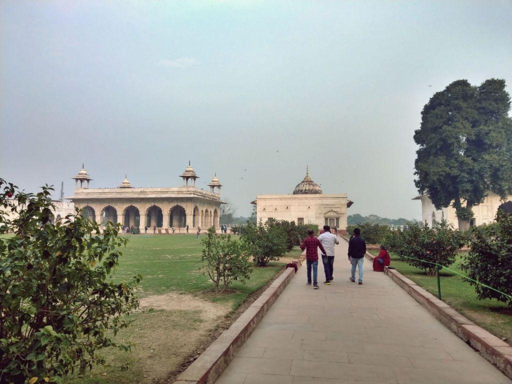 Pawilony i pałace Czerwonego Fortu w Delhi.