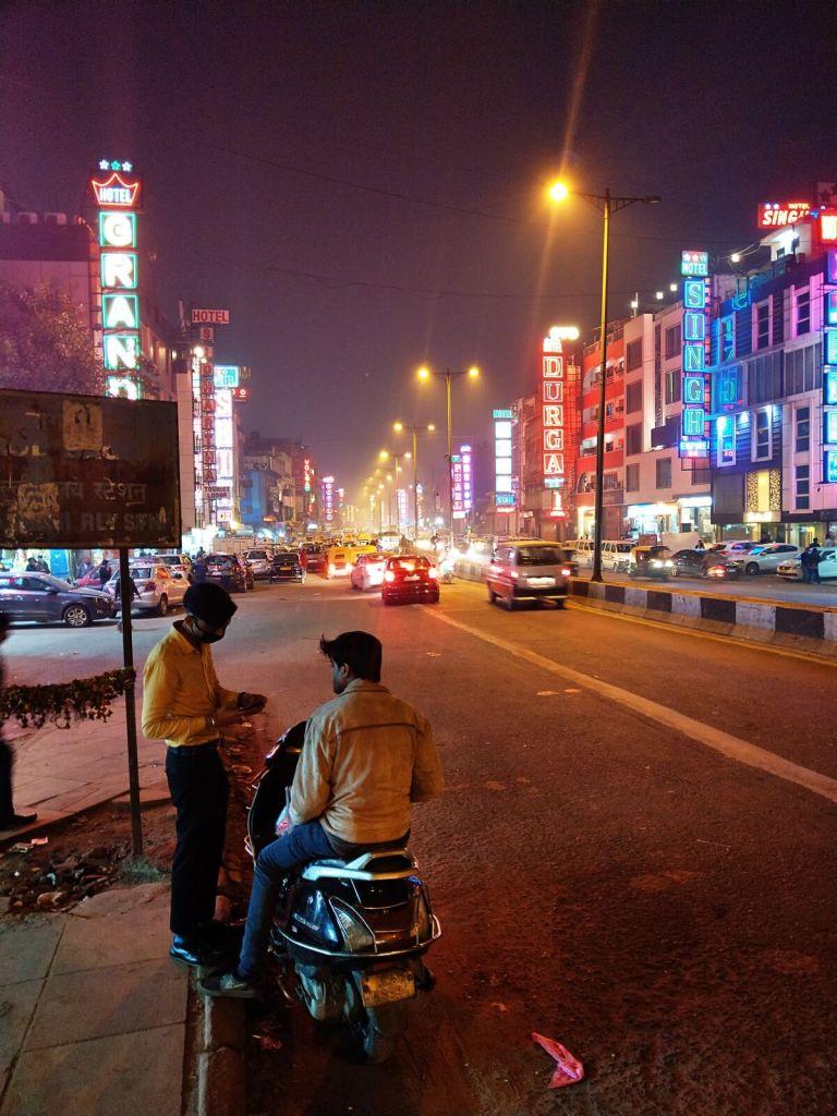 Hotelowa dzielnica niedaleko dworca centralnego w Delhi w Indiach.