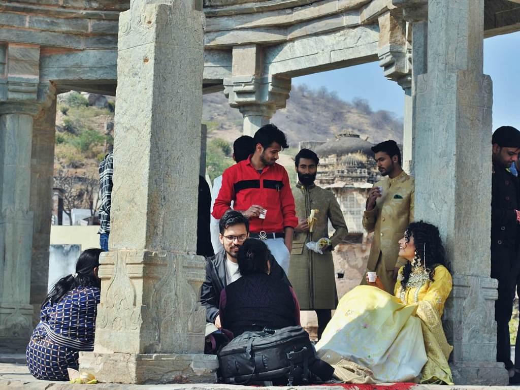 Indyjscy bollywoodzcy aktorzy na planie filmowym.