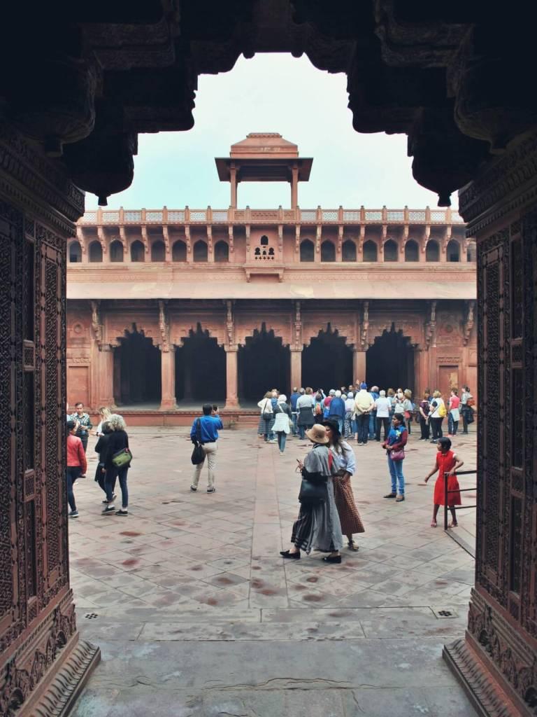 Turyści w forcie w Agrze w Indiach.