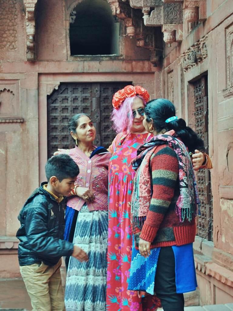 Białe twarze turystów są atrakcją dla mieszkańców Indii.